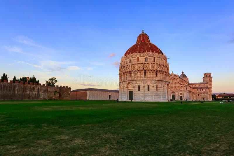 有大教堂的比萨洗礼池在意大利 库存图片