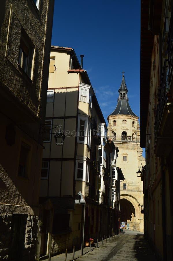 有大教堂的美丽的街道在背景中在Vitoria 建筑学,艺术,历史,旅行 库存照片