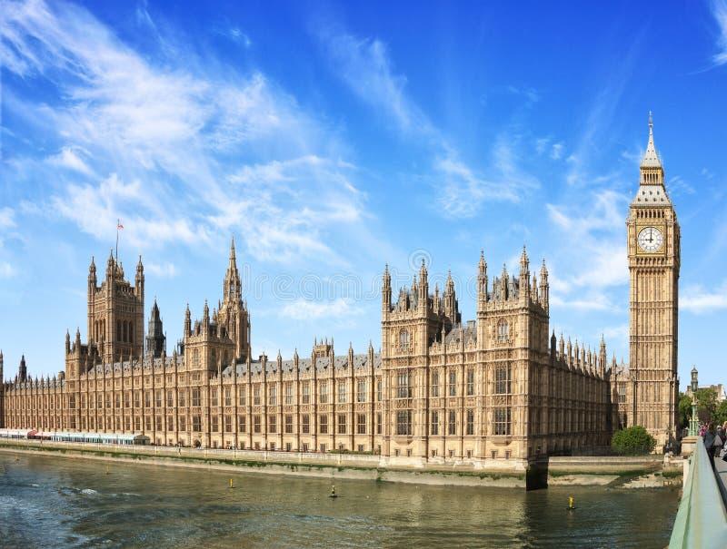 有大本钟伊丽莎白塔的在晴朗的早晨,伦敦,英国,英国威斯敏斯特宫 库存图片