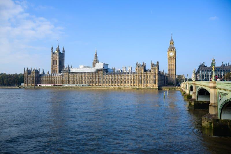 有大本钟钟楼和威斯敏斯特桥梁的,伦敦,英国威斯敏斯特宫 图库摄影