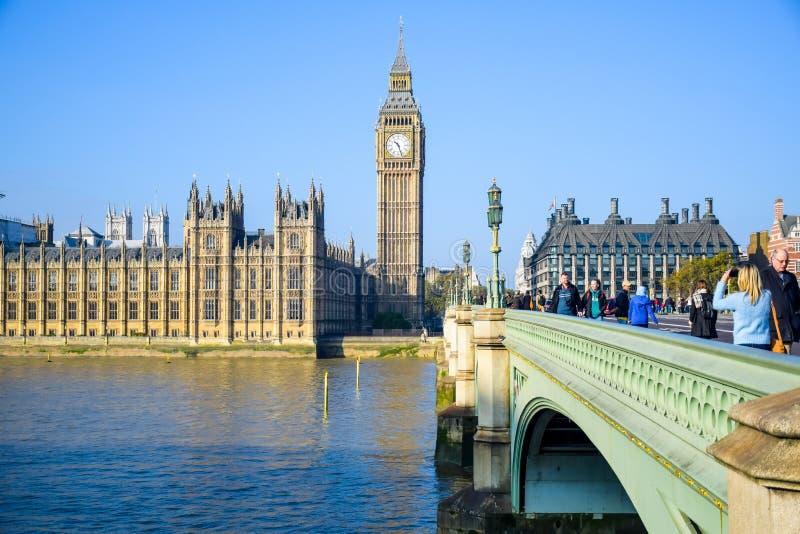有大本钟钟楼和威斯敏斯特桥梁的,伦敦,英国威斯敏斯特宫 库存图片