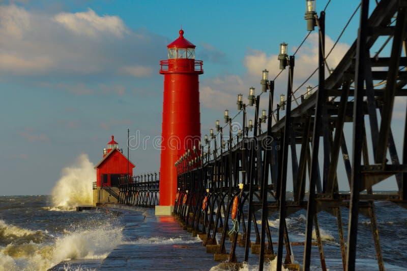 有大波浪的盛大避风港灯塔 免版税库存照片