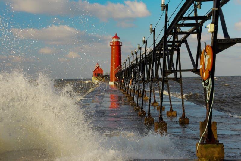 有大波浪的盛大避风港灯塔 库存照片