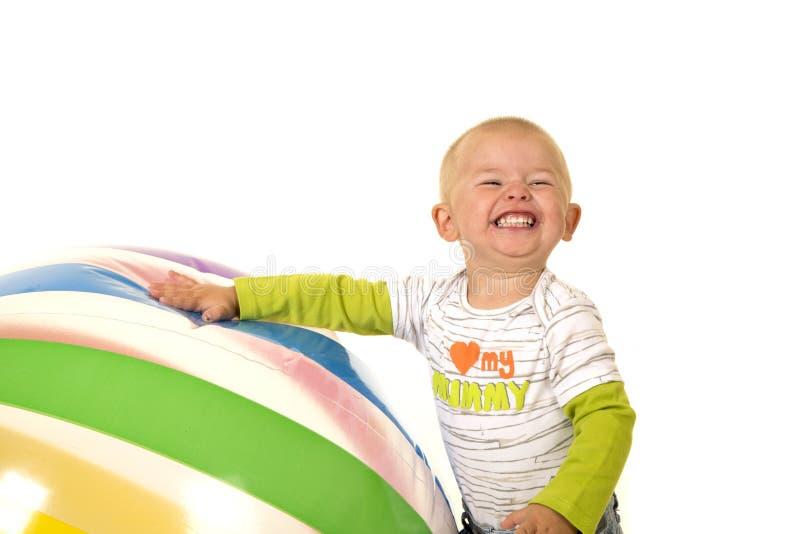 有大球巨大的咧嘴的年轻男孩 库存图片