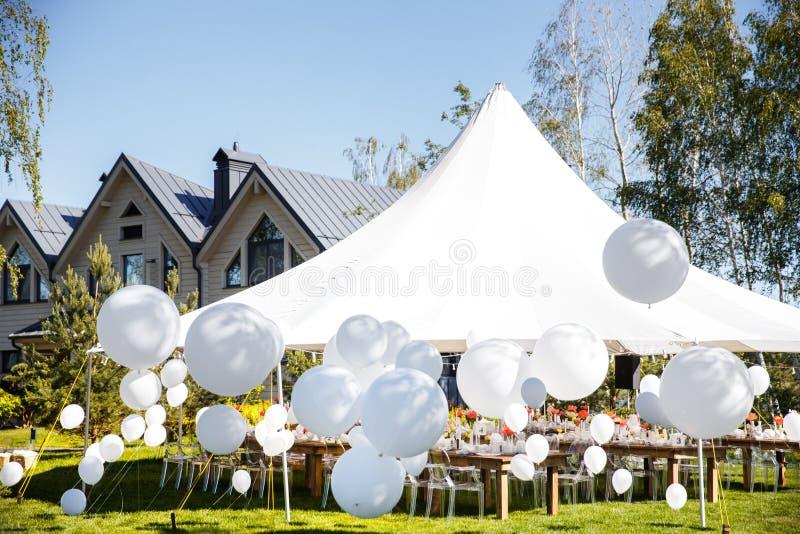有大球的婚礼帐篷 表为婚姻或另一顿承办宴席的事件晚餐设置 库存图片