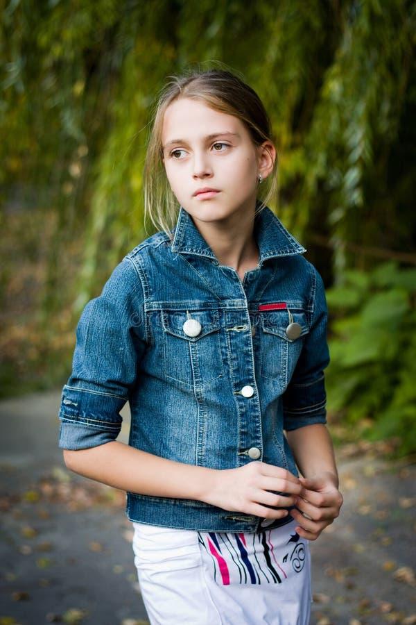 有大眼睛的哀伤的小女孩。 图库摄影