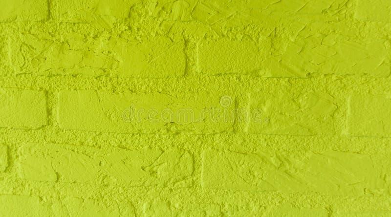 有大砖的现代霓虹黄色石砖墙接近背景样式 库存照片