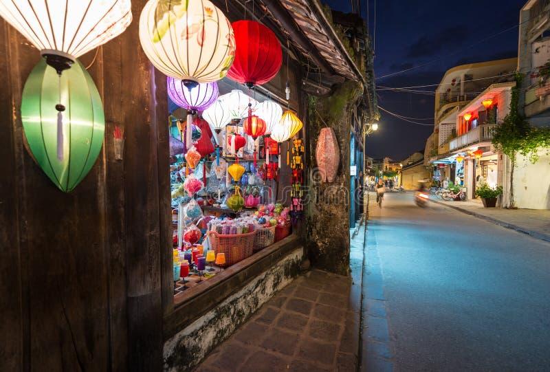 有大窗口和五颜六色的灯笼的商店。 免版税库存照片