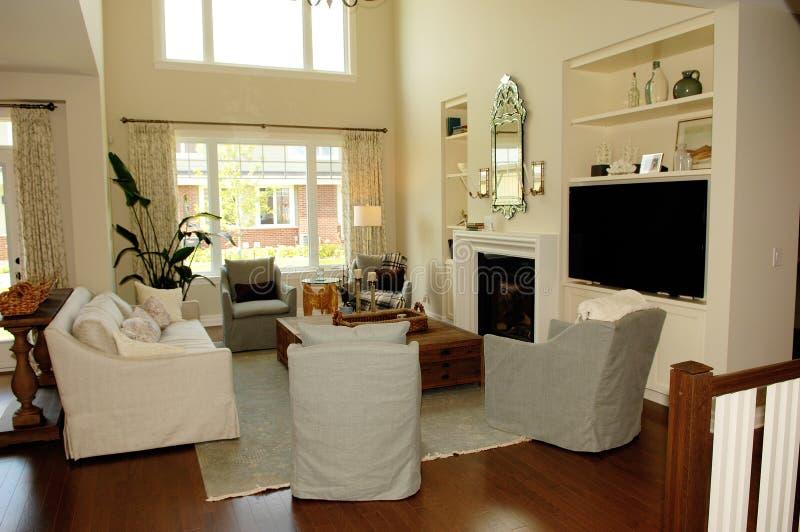 有大窗口的典雅的空间客厅 免版税库存图片