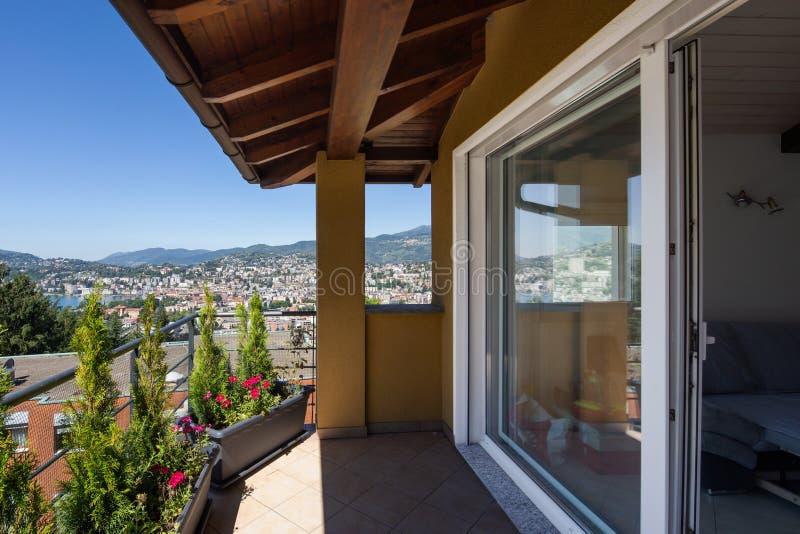 有大窗口的阳台 在城市和湖的看法 免版税库存图片