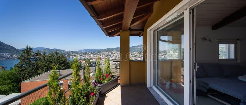有大窗口的阳台 在城市和湖的看法 图库摄影