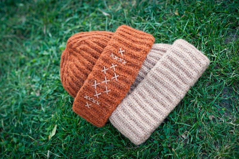 有大编织射击的妇女的美丽的温暖的羊毛帽子在自然光 免版税库存照片