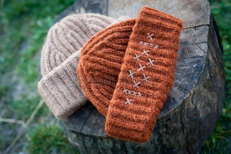 有大编织射击的妇女的美丽的温暖的羊毛帽子在自然光 库存图片