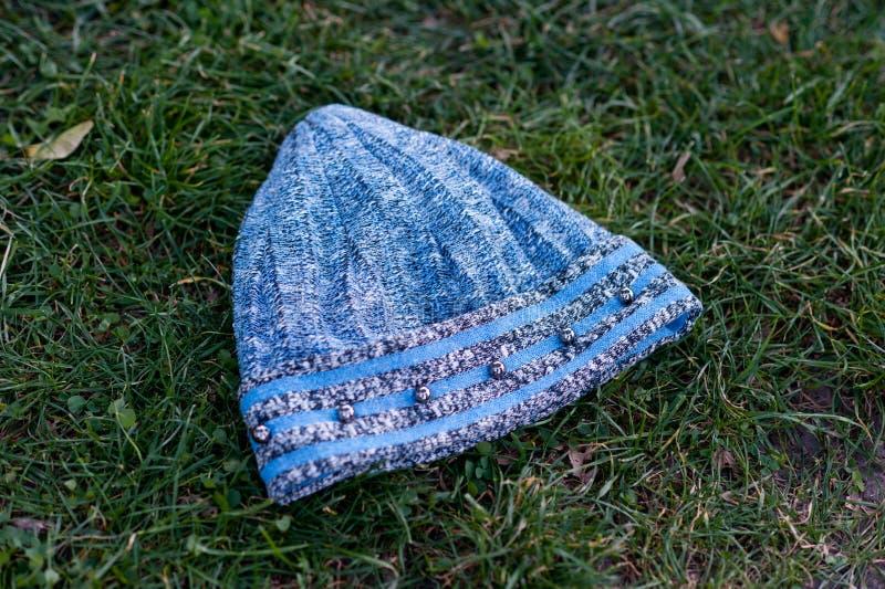 有大编织射击的妇女的美丽的温暖的羊毛帽子在自然光 免版税库存图片