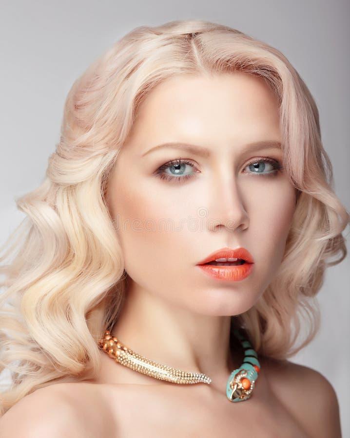有大蓝眼睛的金发碧眼的女人 库存照片