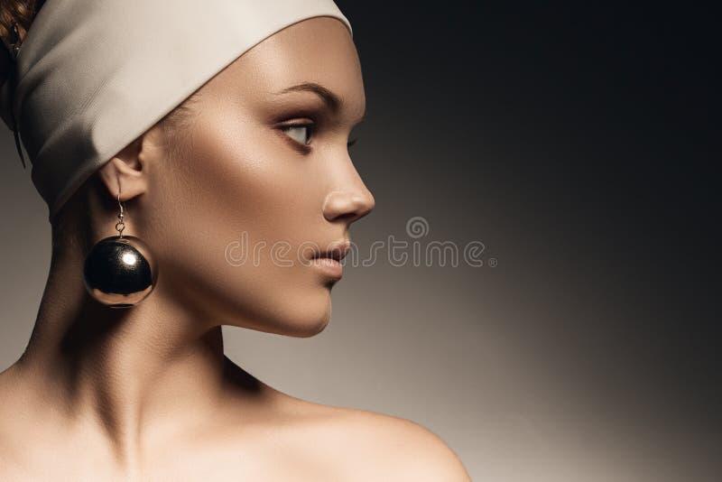 有大镜子耳环的纯净的妇女 免版税库存图片