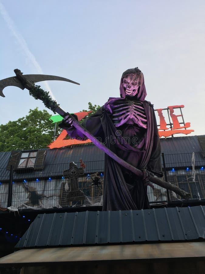 有大镰刀的鬼的骨骼-魔鬼列车木偶/Animatronic在德国游艺集市 库存图片