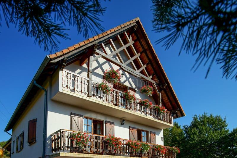 有大阳台的美丽的宾馆在阿尔萨斯,法国 高山styl 图库摄影