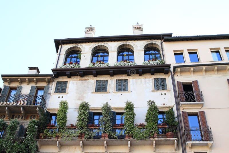 有大阳台的议院在维罗纳 免版税库存图片