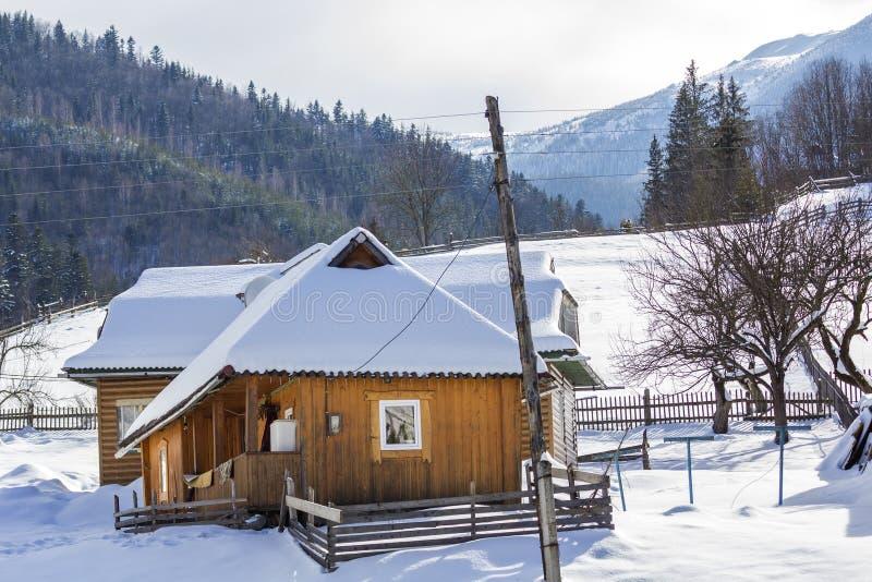 有大阳台,顶楼室和陡峭的美丽的舒适一层木生态舒适的传统住宅村庄房子 库存照片