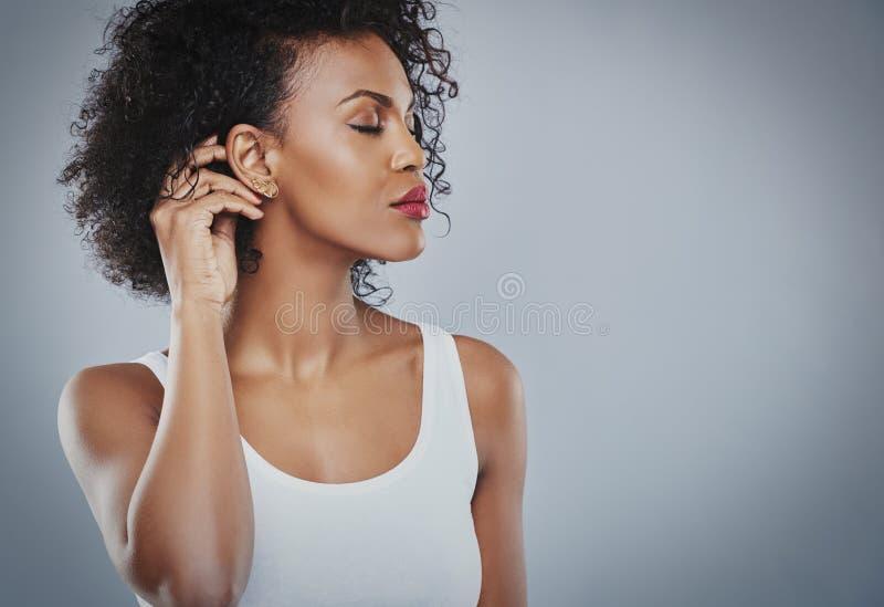 有大黑发白色衬衣的美丽的妇女,黑人妇女 免版税图库摄影
