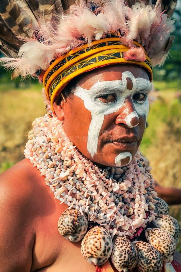 有大贝壳的妇女在巴布亚新几内亚 库存照片