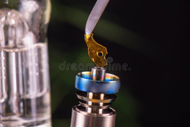 有大麻小片断的亦称轻打的工具上油粉碎- medi 免版税库存照片