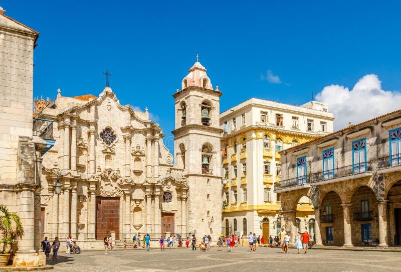 有天主教会、钟楼和老buildi的大教堂广场 库存照片