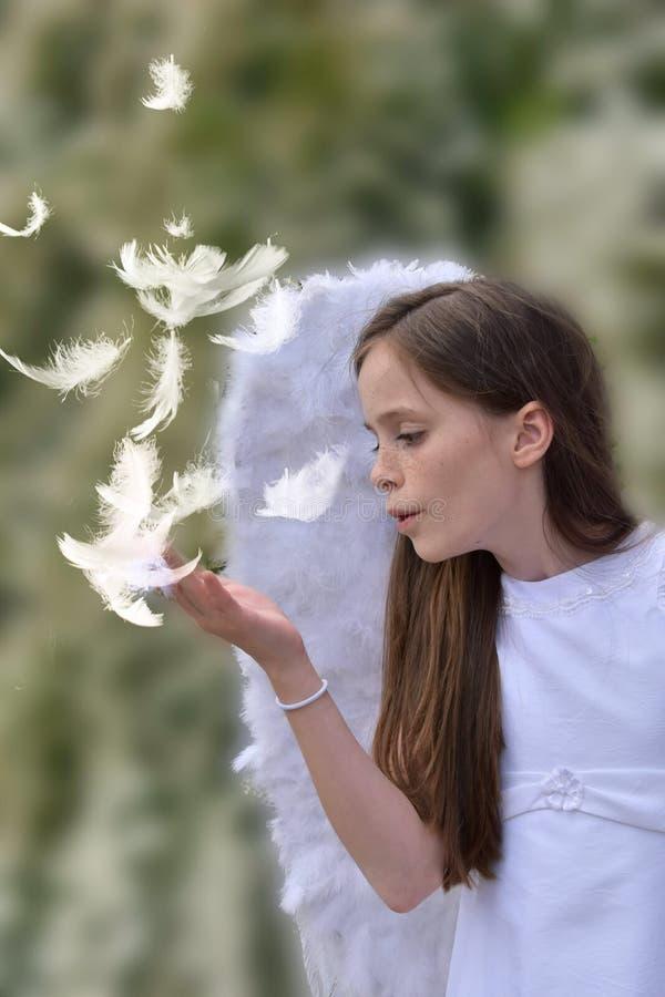 有天使服装的十几岁的女孩 库存照片