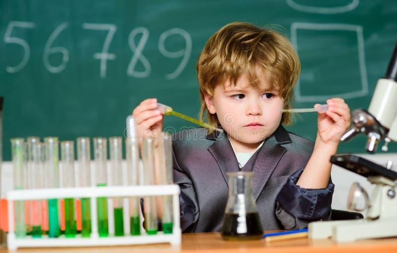 有天才的科学家孩子研究化学 生物工艺学和药房 天才学生 r wunderkind 库存图片