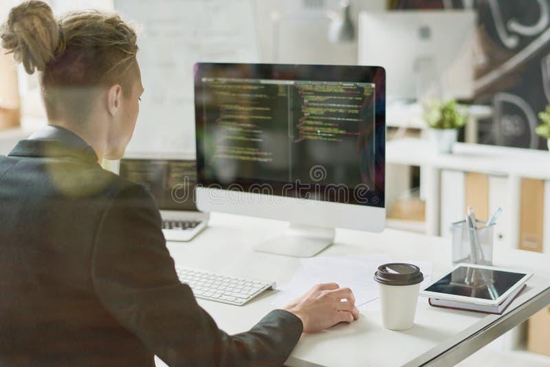 有天才的编码人与计算机语言一起使用 库存照片