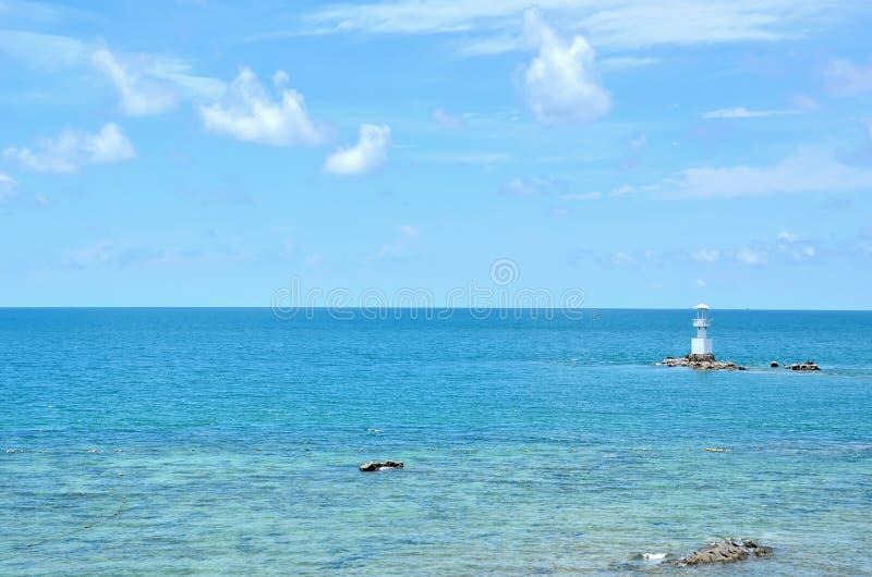 有天空的深蓝色海在泰国 免版税库存照片