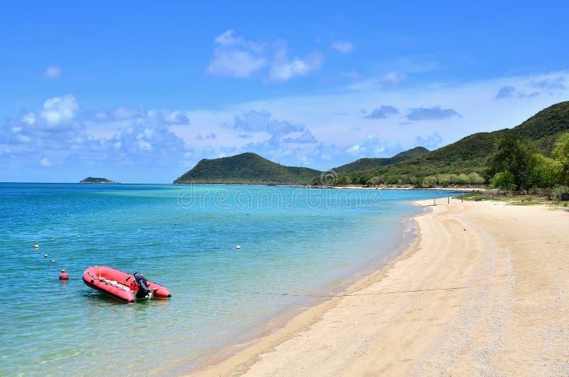 有天空的深蓝色海在泰国 免版税库存图片
