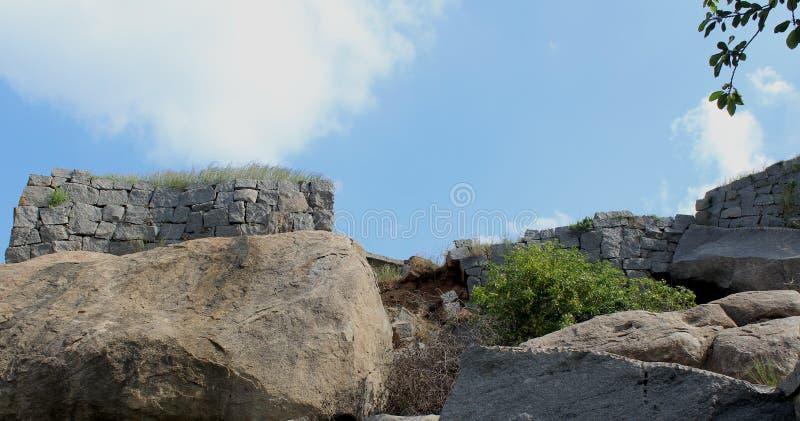 有天空的被破坏的石墙 图库摄影