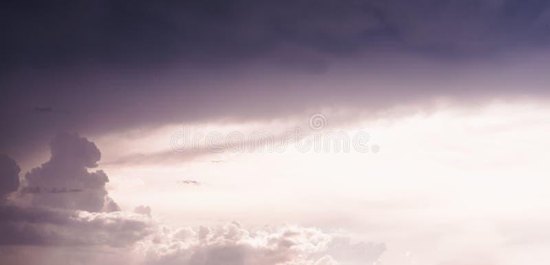 有天空蔚蓝、云彩和日落的美好的风景全景 日出全景  图库摄影