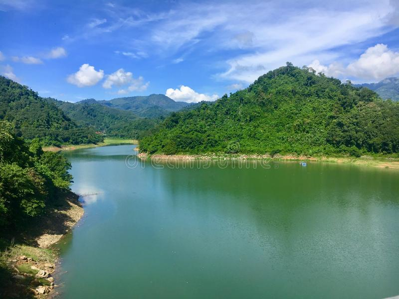 有天空蔚蓝的绿色湖在Betong,亚拉,泰国 免版税库存照片