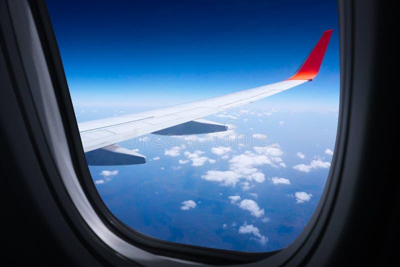 有天空蔚蓝的翼飞机从窗口,从商业飞机窗口的美好的天空蔚蓝视图 免版税库存照片
