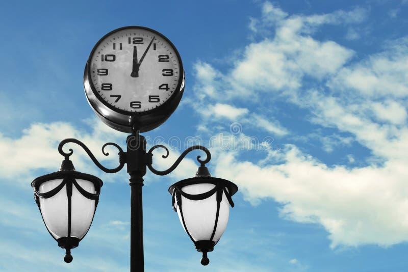 有天空蔚蓝的街道时钟 库存图片