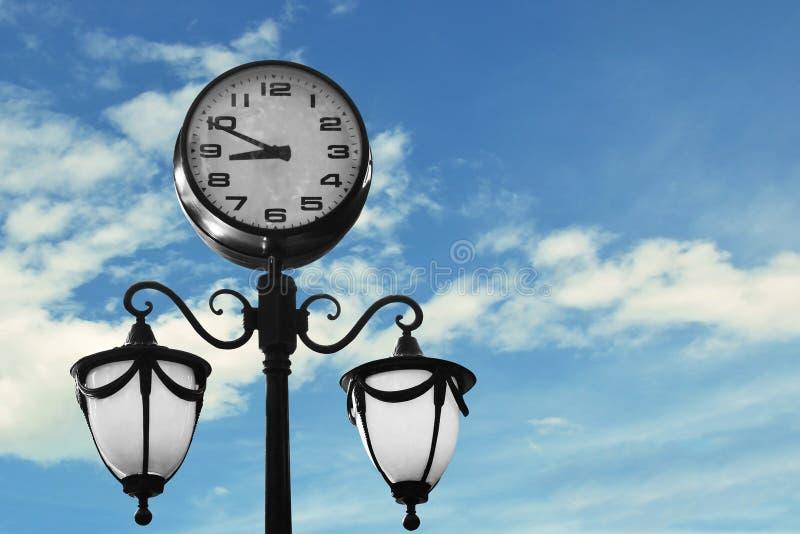 有天空蔚蓝的街道时钟 免版税库存图片