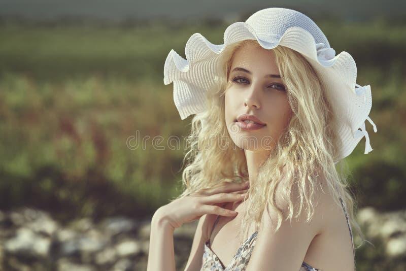 有太阳帽子的小姐 库存照片
