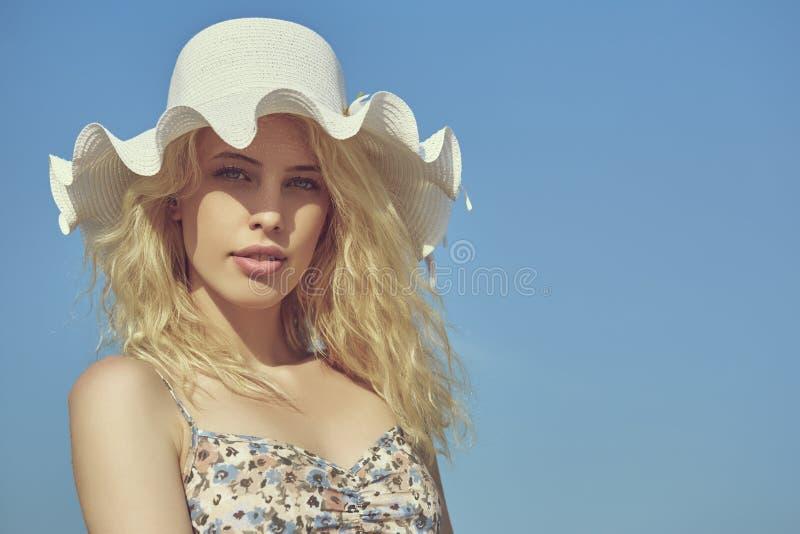 有太阳帽子的美丽的夫人 库存图片
