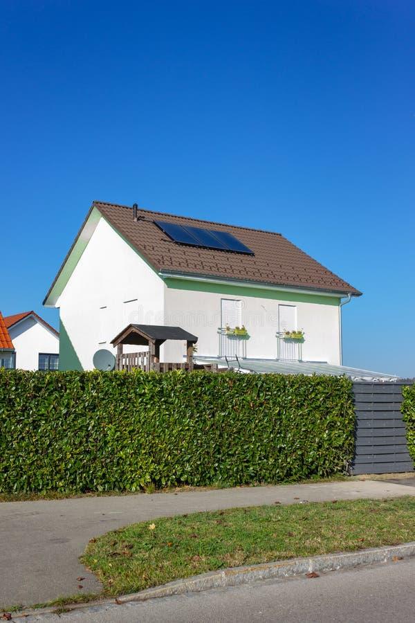 有太阳电池板的私人住宅 免版税图库摄影