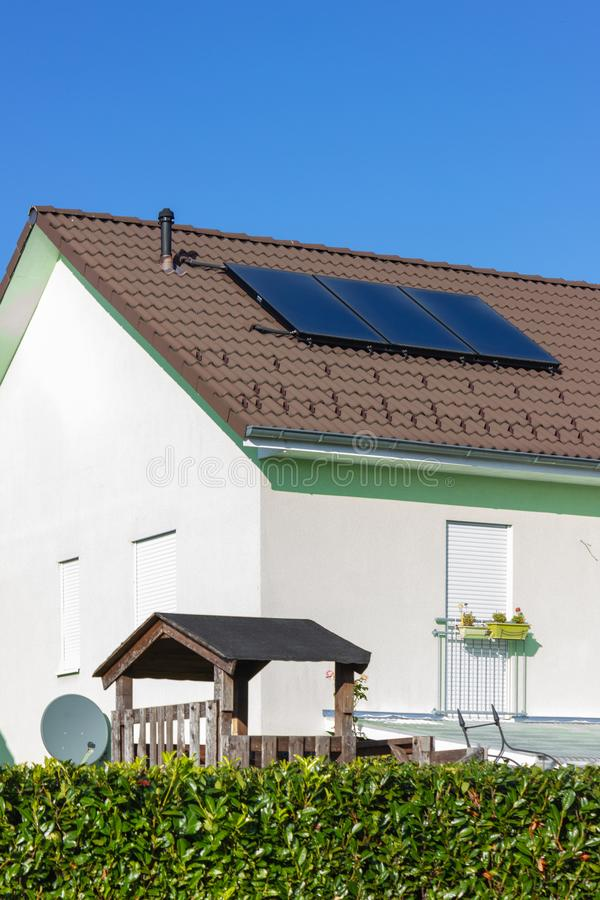 有太阳电池板的私人住宅 免版税库存照片