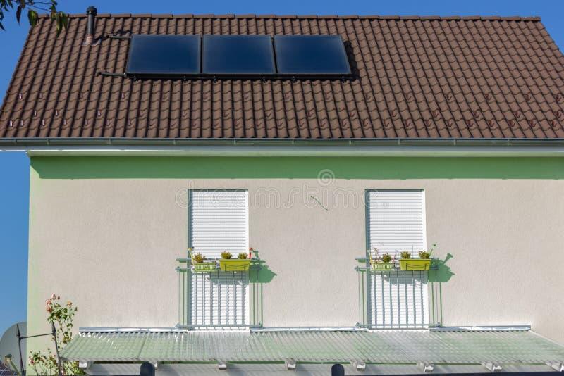 有太阳电池板的私人住宅 免版税库存图片