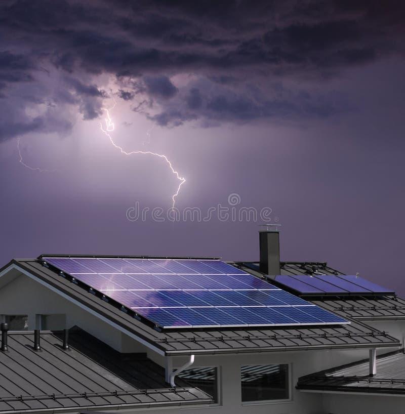有太阳电池板的议院在雷暴 免版税库存图片