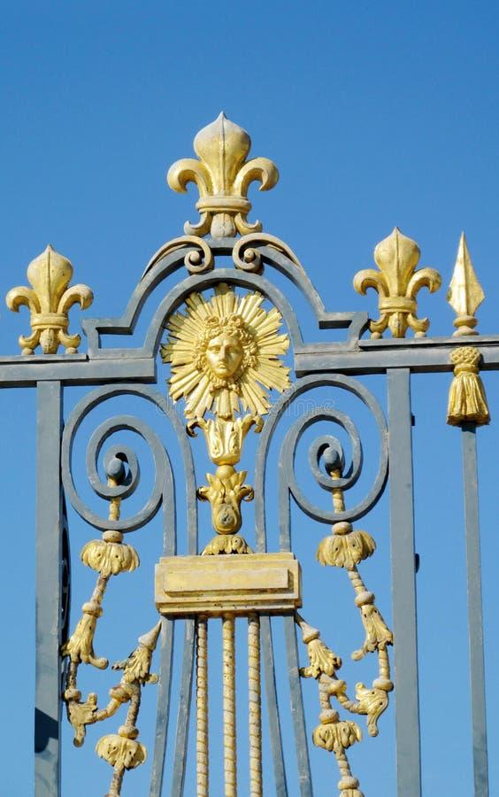 有太阳的装饰品和标志的金黄篱芭 库存图片