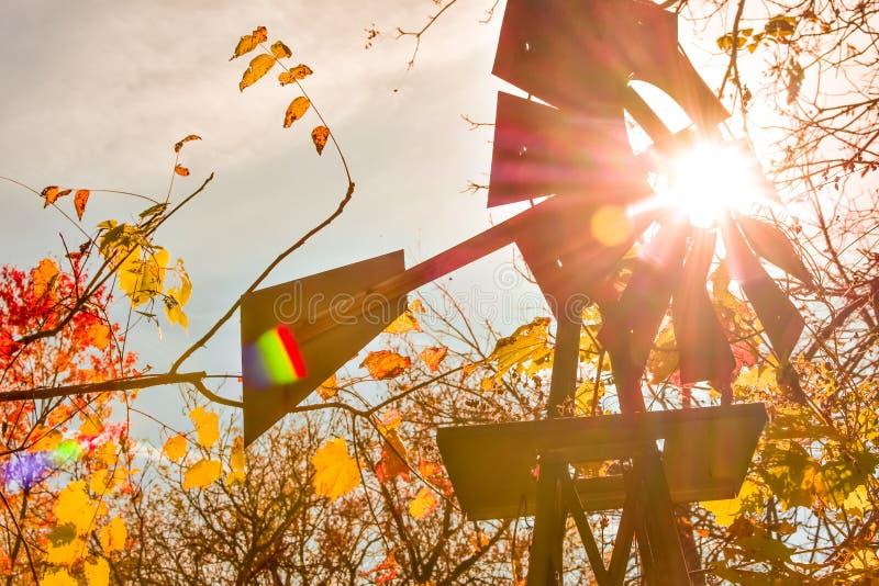 有太阳的风车发出光线发光 免版税库存照片