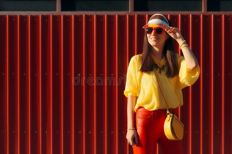 有太阳镜和清楚的遮阳的凉快的都市夏天时尚妇女 图库摄影