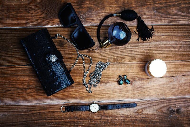 有太阳镜和耳环的提包 免版税库存照片