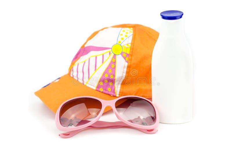 有太阳镜和遮光剂的盖帽 免版税库存图片